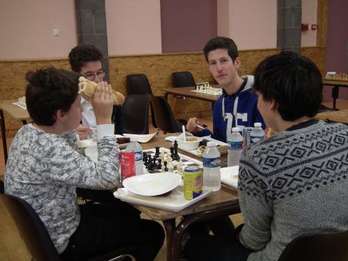 Le repas (on avait dit pas sur les tables de jeu !).jpg
